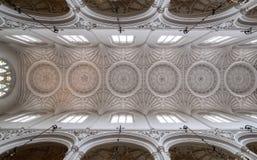 St Mary Aldermary Church in Watling-Straat, Stad van Londen met overladen het gebrandschilderde glasvensters van het pleisterplaf stock afbeeldingen