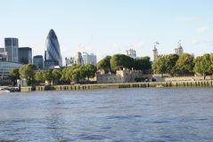 30 St Mary Axe en Torenbrug bij de bank van Riviertheems in Londen, Engeland, Europa Stock Afbeeldingen