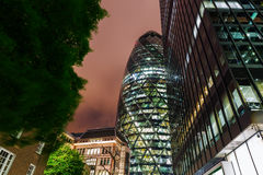 30 St Mary Axe à Londres, R-U, la nuit Photos stock