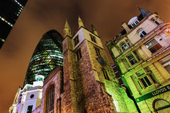 30 St Mary Axe à Londres, R-U, la nuit Images stock