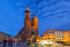 St Mary Basilica i Krakow på natten Arkivfoton