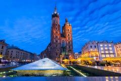 St Mary Basilica i Krakow på natten Royaltyfri Fotografi