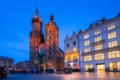 St Mary Basilica i Krakow på nigh Royaltyfri Fotografi