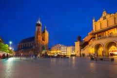 St Mary Basilica och den Krakow torkduken Hall på natten Royaltyfri Foto
