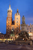 St. Mary Basilica und Adam Mickiewicz Monument nachts in Krakau Stockfotos