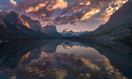 St Mary Lake au panorama de crépuscule Photos stock