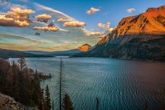 St Mary Lake bij Zonsondergang Het Nationale Park van de gletsjer montana De V.S. royalty-vrije stock afbeeldingen