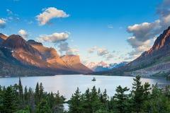 St Mary Lake et île sauvage d'oie en parc national de glacier Photos libres de droits