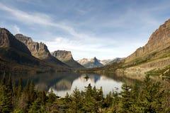 St Mary Lake met het Wilde Eiland van de Gans Stock Afbeelding