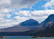 St Mary Lake met Sneeuw Behandelde Piek royalty-vrije stock foto
