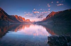 St Mary Lake in vroege ochtend met maan Royalty-vrije Stock Foto's