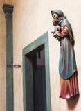 St Mary och behandla som ett barn Jesus skulptur Royaltyfria Foton