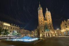St Mary& x27; s Basiliek Krakau bij nacht Royalty-vrije Stock Foto's