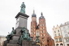 St- Mary` s Basilika und Adam Mickiewicz-Monument in Krakau-Marktplatz, Polen Lizenzfreies Stockbild