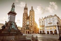 St Mary u. x27; s Basilika- und Adam Mickiewicz-Monument auf Hauptplatz Stockbilder