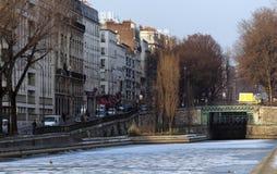 St Matin del canal debajo de la nieve en París imagen de archivo