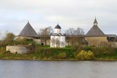 St medieval George Church na fortaleza velha de Ladoga, dia de outubro Staraya Ladoga, Rússia fotos de stock