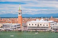 St merkt Vierkant en Grand Canal op een mooie dag in Venetië Stock Foto's