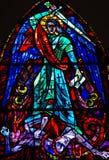 St Michael conquista il vetro macchiato diabolico fotografie stock