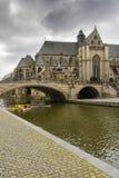 (St Michael) Kerk sint-Michielskerk en Brug over Leie, Ghe Stock Fotografie