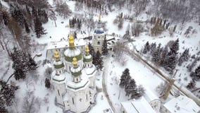 St Michael Vydubitsky mannelijk klooster in Kiev, de Oekraïne Het vliegen op helikopter over de kerk tegen de achtergrond van Stock Foto