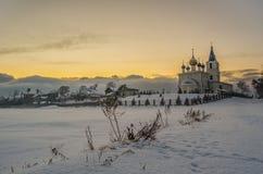 St- Michaelkirche auf den schneebedeckten Gebieten Lizenzfreie Stockfotos