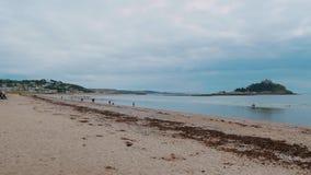 St Michaels Mount bij de kust van Marazion in Cornwall stock footage