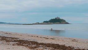 St Michaels Mount bij de kust van Marazion in Cornwall stock video