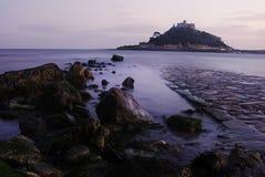 St. Michaels Mount mit Kieseln auf dem Strand Lizenzfreies Stockbild
