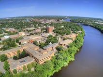 St-molnuniversitetet är en högskola på Mississippiet River i centrala Minnesota royaltyfria bilder
