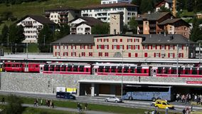 ST Moritz - αλπική πόλη στην Ελβετία - σταθμός τρένου - ρολόι φιλμ μικρού μήκους