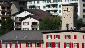 ST Moritz - αλπική πόλη στην Ελβετία - σταθμός τρένου - ρολόι απόθεμα βίντεο
