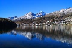St Moritz med sjön i Schweiz Royaltyfria Foton