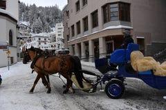 ST MORITZ, SUISSE - 30 décembre 2017 - ville de luxe s'est serré des touristes pour la veille de nouvelles années Image stock