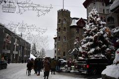 ST MORITZ, SUIZA - 30 de diciembre de 2017 - ciudad de lujo apretó de los turistas para la Noche Vieja Imagen de archivo libre de regalías