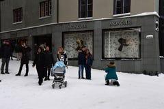 ST MORITZ, SUIZA - 30 de diciembre de 2017 - ciudad de lujo apretó de los turistas para la Noche Vieja Imágenes de archivo libres de regalías