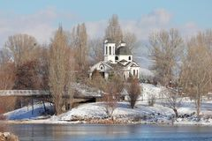St Naum Ohridski Church dans le jour d'hiver ensoleillé, parc de lac Druzba, Sofia, Bulgarie photographie stock libre de droits