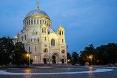St naval Nicholas Cathedral em Kronstadt na noite Imagens de Stock
