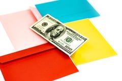 St?ng sig av pengar i rosa kuvert ligger upp p? de m?ng- kul?ra kuverten och bokst?verna som en bakgrund Br?nnm?rka upp ?tl?je; s arkivbilder