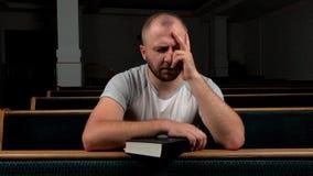 St?ng sig upp av den unga mannen som ber till guden Begrepp av tro och religionen lager videofilmer