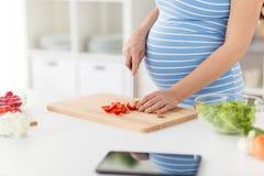 St?ng sig upp av gravida kvinnan som hemma lagar mat mat fotografering för bildbyråer