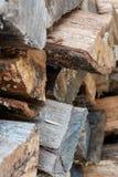 St?ng sig upp av staplad tr?journalbakgrund arkivbilder