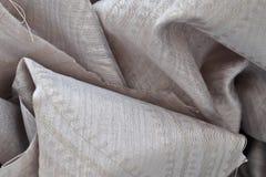 St?ng sig upp yttersida av f?rgrika tyger torkduken och textiler som viks och, h?ng upp i h?g uppl?sning arkivfoton
