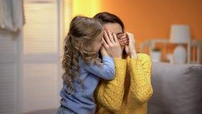 St?ngande moder?gon f?r f?rtjusande liten flicka med h?nder, lyckliga familj?gonblick arkivbild