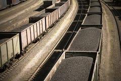 St?ngbilar som laddas med kol, ett drev, transporterar kol arkivbilder