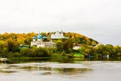 St Nichola ` s三位一体修道院Svyato Troitse Nikolsky通告的修道院和大教堂 从Klyazma的看法 免版税图库摄影