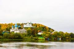St Nichola ` s三位一体修道院Svyato Troitse Nikolsky通告的修道院和大教堂 从Klyazma的看法 库存图片