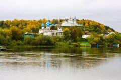 St Nichola ` s三位一体修道院Svyato Troitse Nikolsky通告的修道院和大教堂 从Klyazma的看法 免版税库存图片