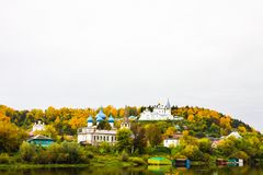 St Nichola ` s三位一体修道院Svyato Troitse Nikolsky通告的修道院和大教堂 从Klyazma的看法 图库摄影