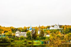 St Nichola ` s三位一体修道院Svyato Troitse Nikolsky通告的修道院和大教堂 从Klyazma的看法 免版税库存照片
